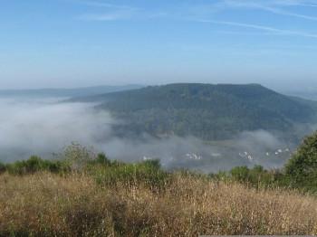 Blick vom Rother Kopf über Müllenborn - erste Herbstnebel 2009; ?>